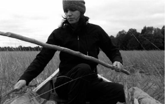 Leanne Simpson recolectando arroz silvestre.